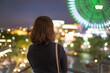 若い女性と綺麗な夜景