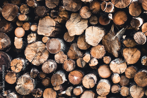 Fotografia Background of dry chopped firewood logs stacked up on top of each other in a pil