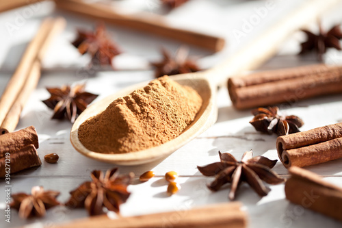 Photographie Anise stars and cinnamon sticks on white table