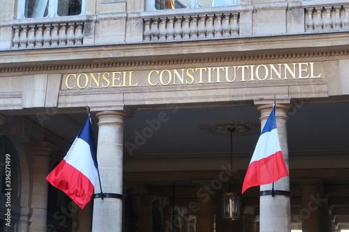 Canvastavla Portique d'entrée du Conseil constitutionnel à Paris, avec deux drapeaux françai