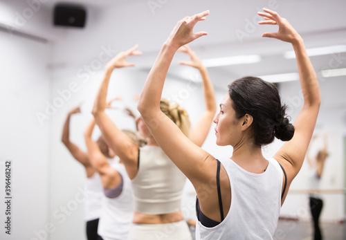 Row of female ballet dancers in dance studio Fototapet