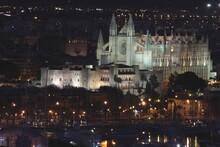La Iglesia De Palma De Mallorca Y El Palacio De La Almudaina Iluminados De Noche