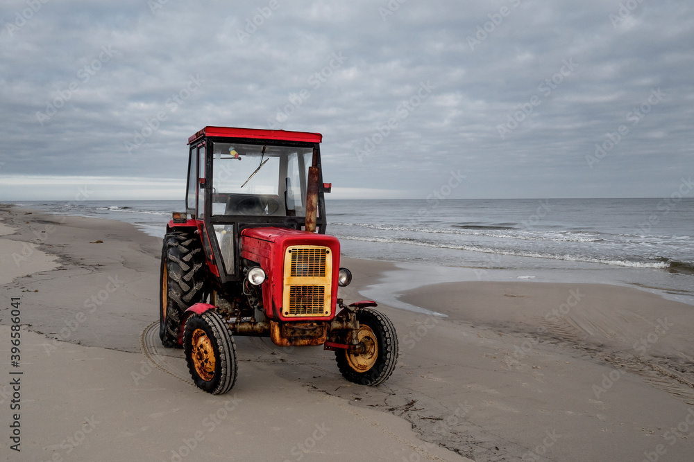 Stary traktor na plaży - obrazy, fototapety, plakaty