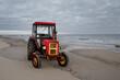 Stary traktor na plaży