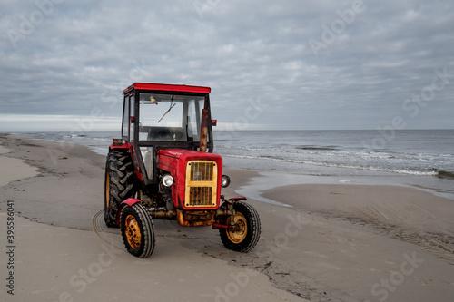Obraz Stary traktor na plaży - fototapety do salonu