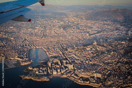 une vue aérienne de Marseille et du vieux port vue d'un avion Canvas Print