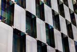 Patrón de ventanales grises rectangulares.