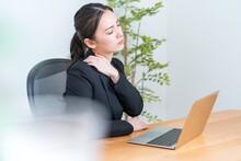 パソコンを操作するアジア人女性