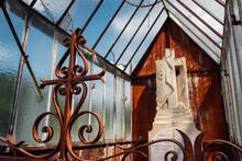 Une Vieille Tombe Chrétienne Avec Un Entourage Métal Rouillé