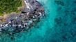 岩場にぶつかる白波を真俯瞰で撮影したドローン写真
