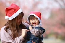 サンタクロースの帽子を被る親子