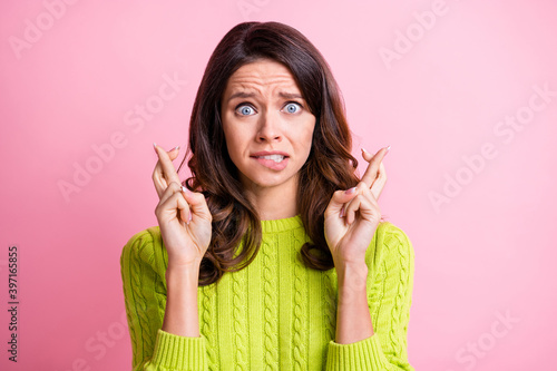 Fotografia Photo of nervous young girl bite lip scared crossed fingers wear green pullover