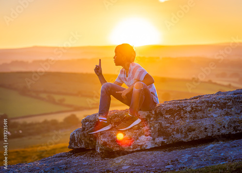 Canvas Print Kid in Dartmoor national park in the evening