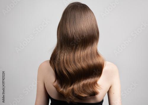 Valokuvatapetti wavy blond hair back view