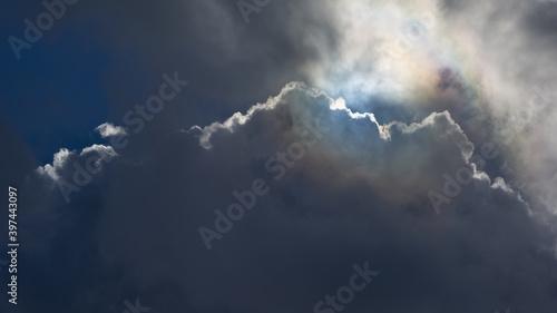 Obraz Światło i cień wśród groźnych chmur, nastrój, lato. - fototapety do salonu