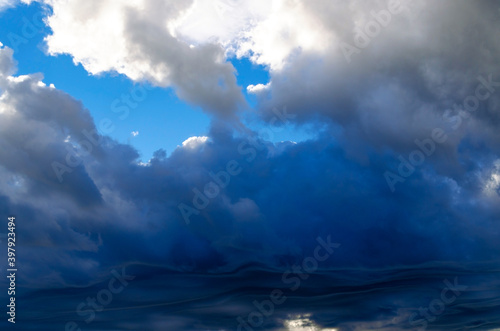 Photo Dramatic landscape with dark storm clouds