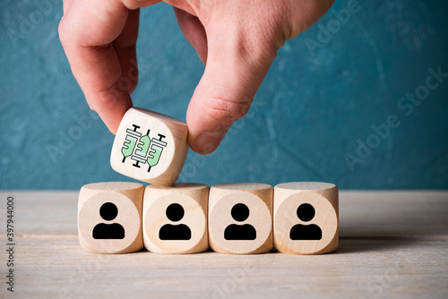 Papel de parede hand placing a cube with a syringe symbol on top of a line of cubes with person