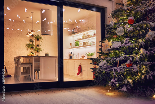 Papel de parede cozy apartment with sliding doors, and decorated christmas tree on the patio at