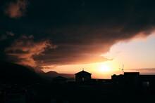 Tramonto Tra Le Nubi Dietro Una Chiesa