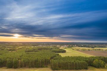 Widok z drona na pola i łąki.