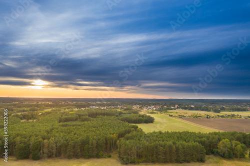 Widok z drona na pola i łąki. - fototapety na wymiar
