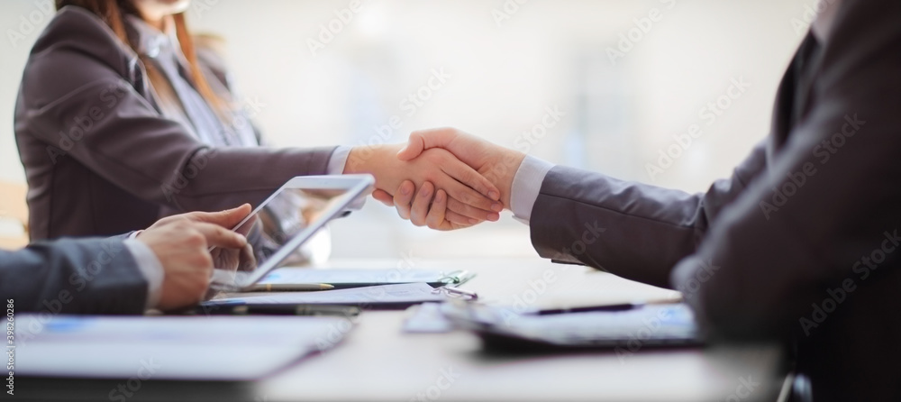 Fototapeta handshake of business people at the negotiating table. close up.