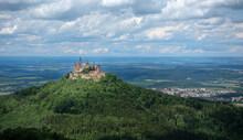 Burg Hohenzollern Bei Hechingen, Deutschland - Gezoomter Blick Vom Aussichtspunkt Zeller Horn Auf Der Schwäbischen Alb
