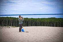 Dziewczyna Robi Zdjęcie Telefonem Na Wydmach W Słowińskim Parku Narodowym, Łeba, Polska