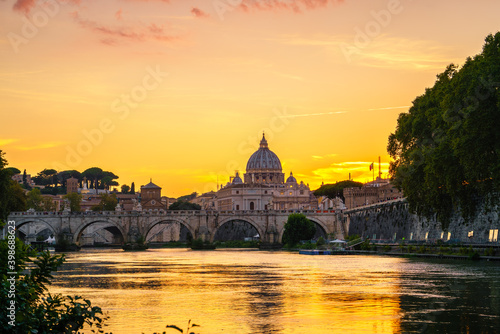 Carta da parati St. Peter's Basilica in Vatican at sunset. Italy