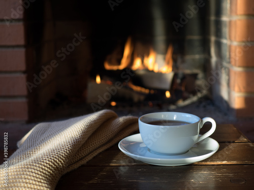 Photo A Cup of tea on the background of the fireplace