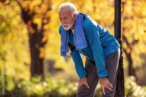 Billede på lærred Senior man resting after excercise