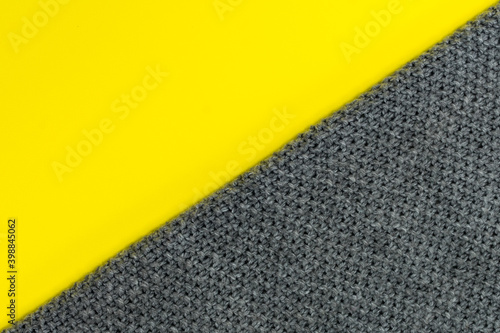 Photographie The background is divided diagonally into two colors: yellow and gray