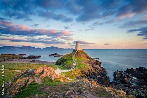 Fotografia Ty Mawr Lighthouse at sunset on Llanddwyn Island in North Wales