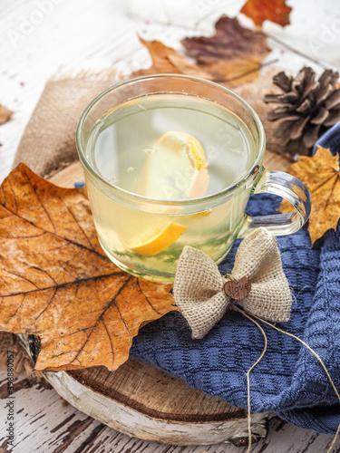 Fototapeta Kubek gorącej herbaty w jesienne popołudnie obraz