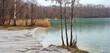 Ufer blauer See  im Winter in Naturlandschaft