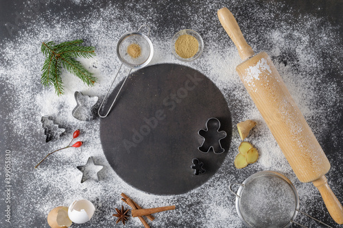 Photo Festive flour background mockup recipe for making christmas gingerbread cookies with cutters, wooden rolling pin, spices and decor on vintage table