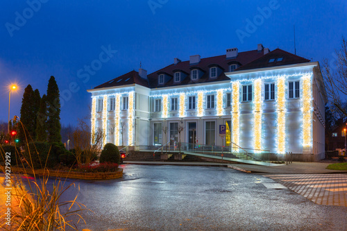 Fotografiet Architecture of the city hall in Pruszcz Gdanski at night, Poland