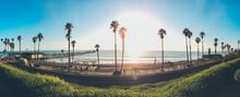 Ausblick Auf Strand, Palmen, Amtrak Pacific Surfliner Und Den Pazifik In San Clemente, Kalifornien Während Des Sonnenuntergang