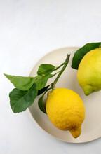 Frutta Limone Con Foglie Isolati Su Sfondo Bianco.Vista Dall'alto.