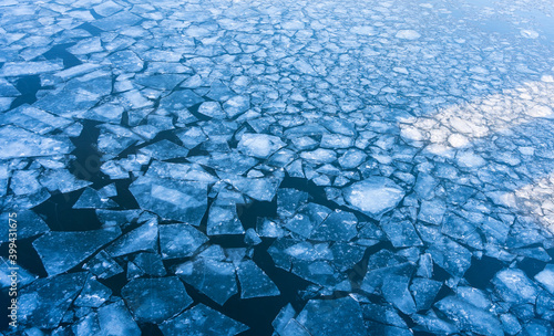 Fotografía Ice floes on the Moskva River after the passage of an icebreaker in winter in De