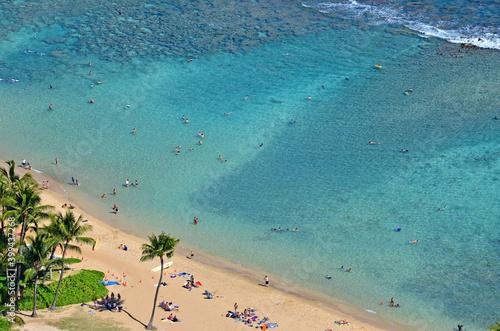 Photo Tourist enjoying swimming and snorkeling at beautiful Hanauma Bay on Oahu in Hawaii