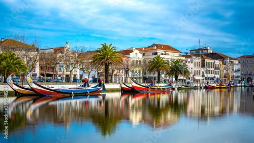 Ria de Aveiro com barcos moliceiros. Aveiro, Portugal Fototapet