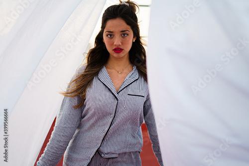 Canvas Chica azotea pijama moda sabanas blancas antenas cordeles tender puesta de sol a