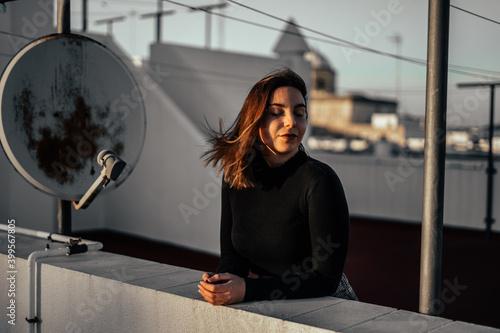 Chica azotea pijama moda sabanas blancas antenas cordeles tender puesta de sol a Fotobehang