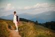 Dziewczyna z plecakiem wędruje popularnym górskim szlakiem po Połoninie Caryńskiej, Bieszczady, Polska