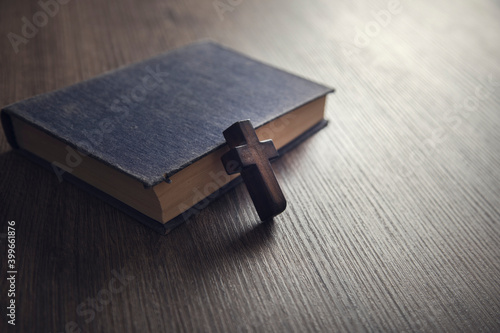 Fotografie, Tablou cross on the Bible on a wooden background