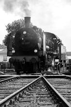 Dampflokomotive Lok Schwarz-weiß Graustufen Drehscheibe Museum Tenderlok Attraktion Ruhrtalbahn Bochum Dahlhausen Nostalgie Vintage Deutschland Dampfross Technologie Vergangenheit Gleis
