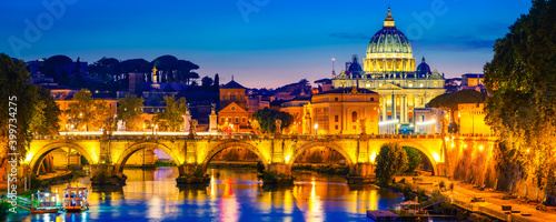 Foto St. Peter's basilica in Vatican at dusk. Italy