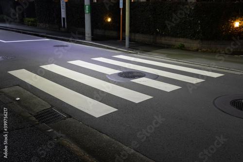 夜の横断歩道 Fototapet