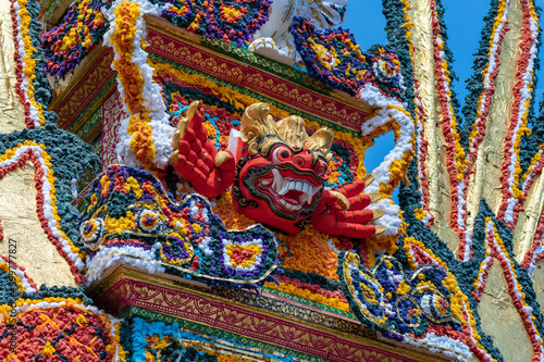 Detail Bade cremation tower with traditional balinese sculptures of demons and f Fototapete